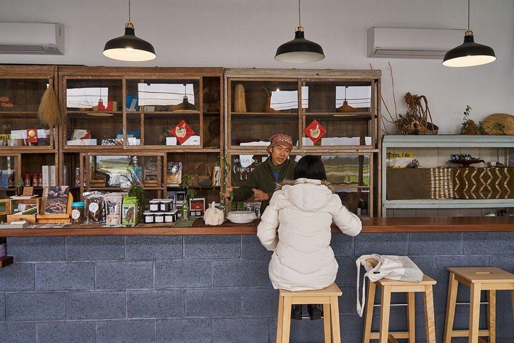 位在鳳林鎮上的美好花生風格清新,特製的長吧檯是鍾順龍和顧客交談的最佳空間。