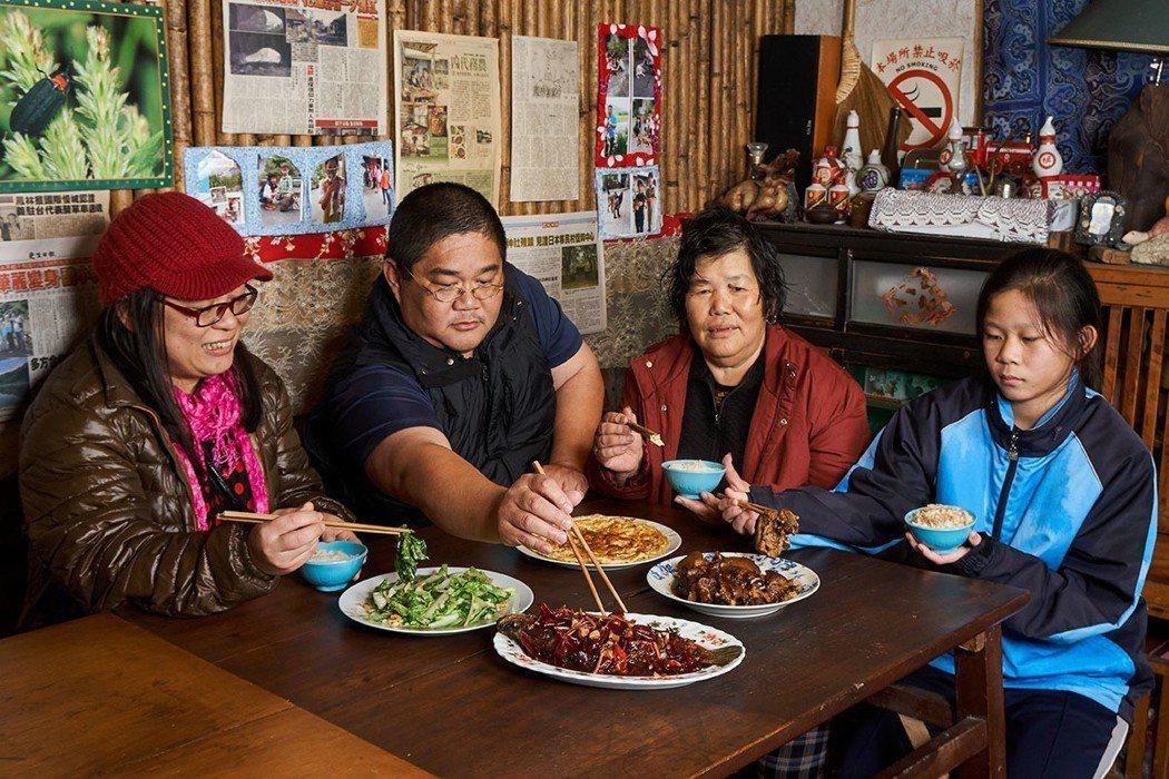 游秀琪、王義明、王媽媽共同經營農家餐館,小女兒空閒也來幫忙,三合院落的用餐空間,...