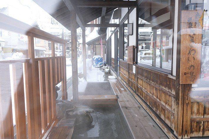 提供遊客免費泡足湯的空間,就在老屋的旁邊。