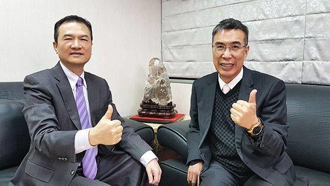 理財周刊發行人洪寶山(左)、富邦媒體科技總經理林啟峰(右)
