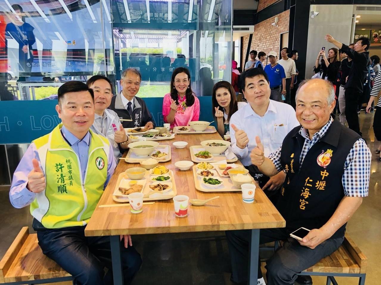 仁海宮董事長李合鑑(右)、議員和市府團隊嘗了好客食堂套餐都說好吃。記者鄭國樑/攝...