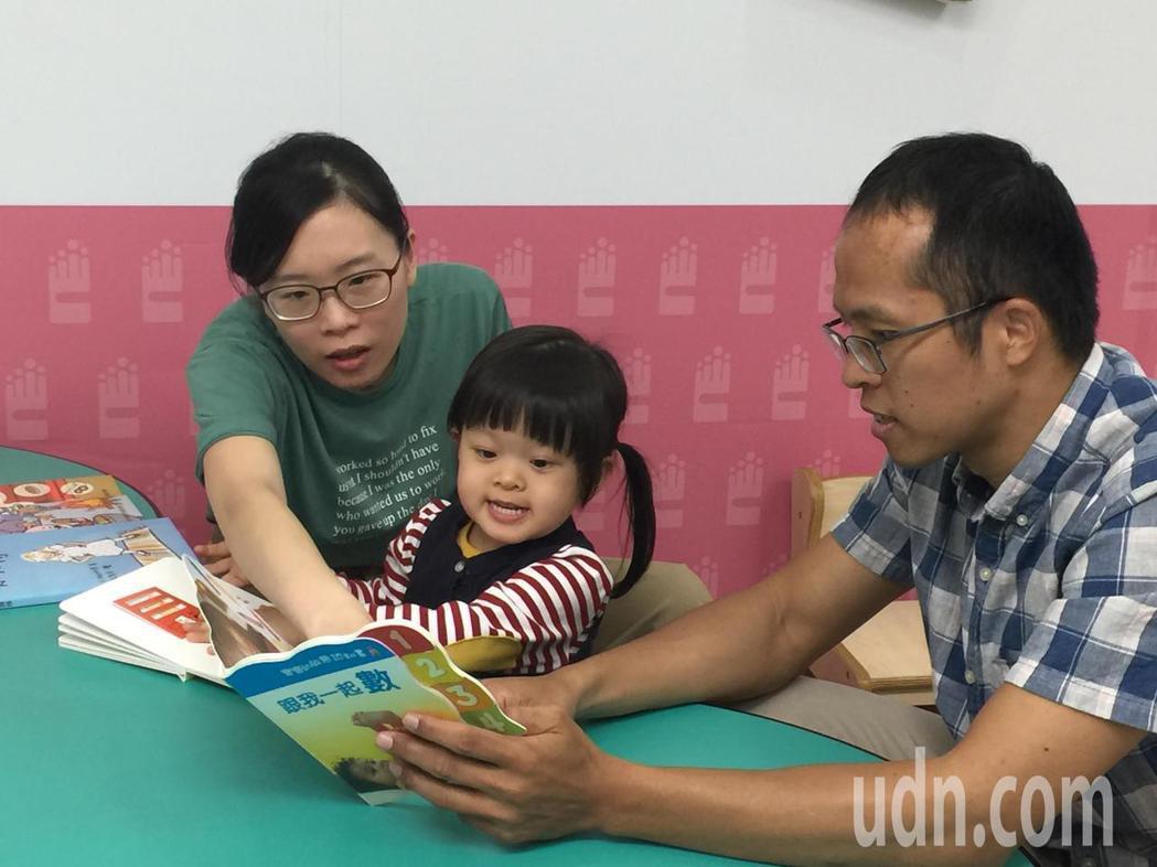 透過親子共讀能增進親子關係,建立美好經驗。記者黃安琪/攝影