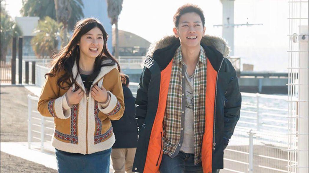 佐藤健(右)與土屋太鳳(左)在《跨越8年的新娘》飾演幸福恩愛的小夫妻。圖/向洋提