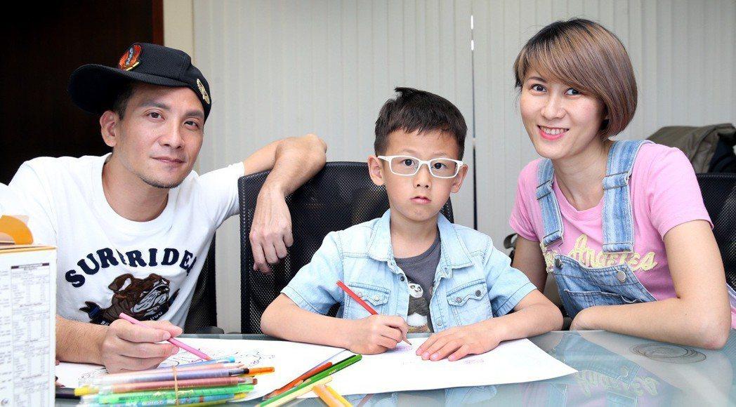 高山峰(左)與兒子作畫,右為妻子佘瓊薇。記者侯永全/攝影