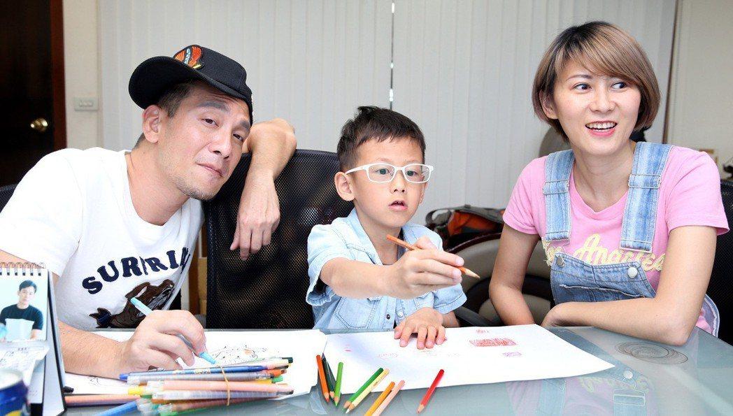 高山峰(左)與妻子佘瓊薇(右)望向窗外的兒子作畫題材。記者侯永全/攝影