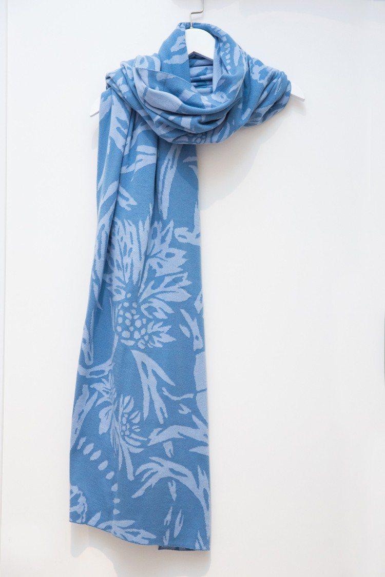 快閃店期間限量淺藍雙色緹花圍巾,售價10,500元。圖/APUJAN提供