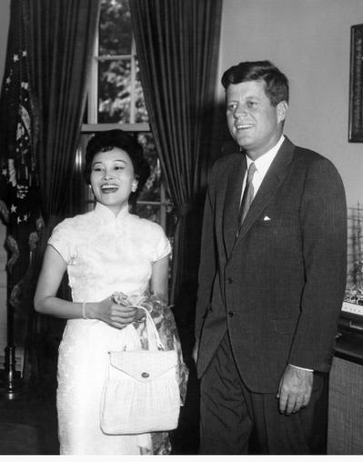 陳香梅接受甘迺迪總統邀請,於1962年訪問白宮時留影。(甘迺迪總統圖書館)
