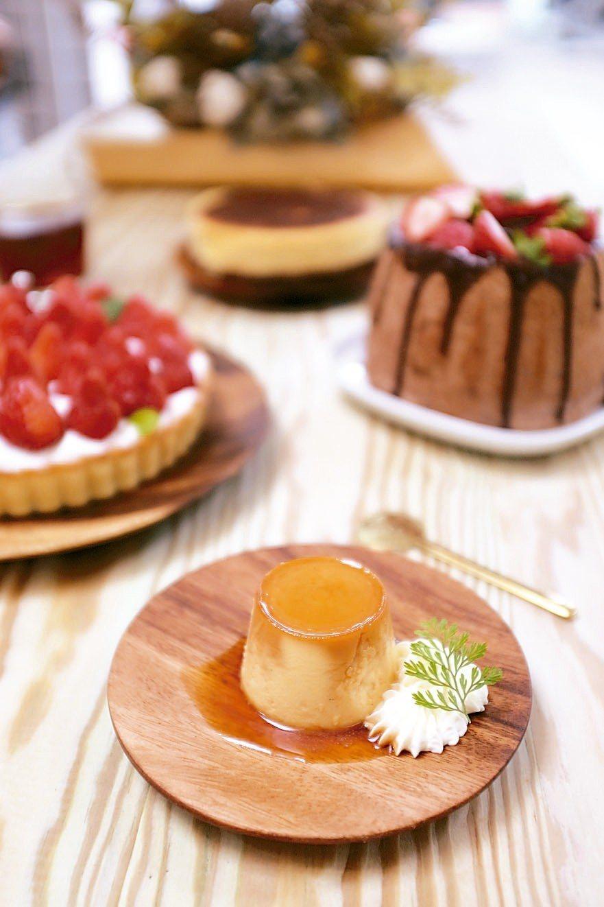 美美子布丁、草莓巧克戚風蛋糕、草莓檸檬派。 記者沈佩臻/攝影