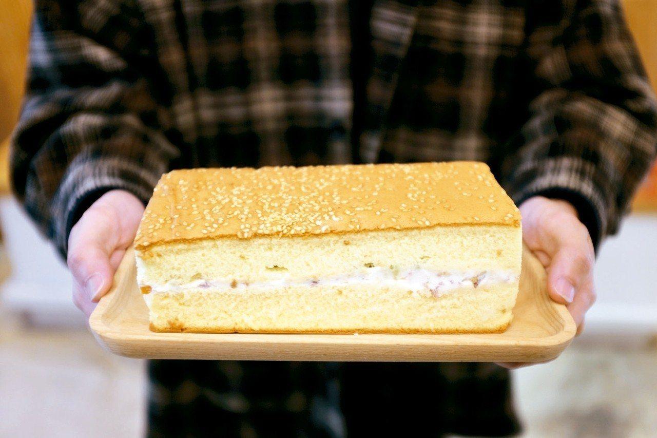 米樂客招牌鹹蛋糕,以宜蘭三星蔥、鴨賞入料。 記者沈佩臻/攝影