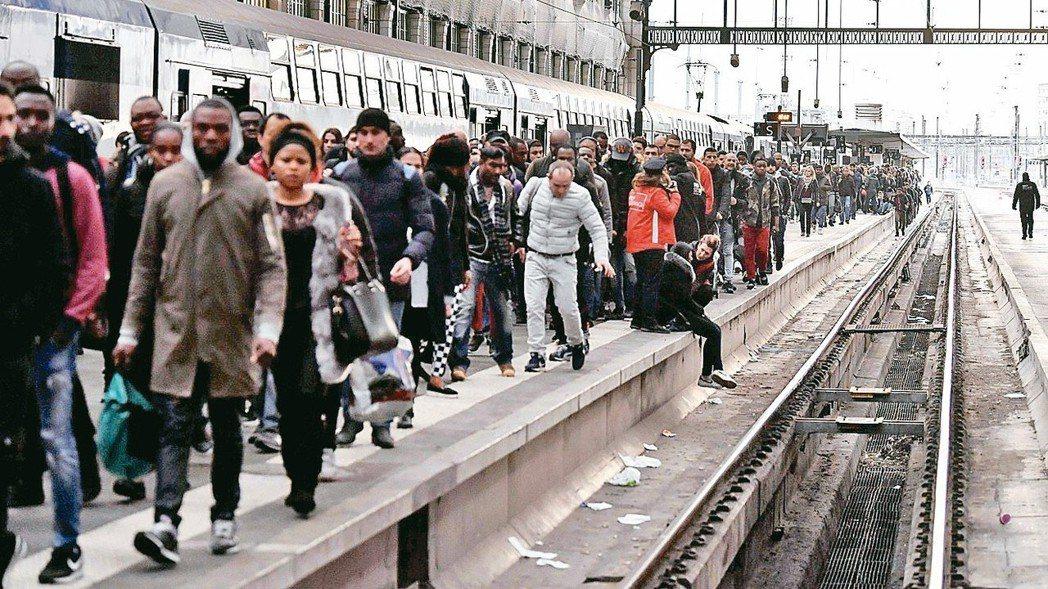 法國家鐵路公司工會展開三個月抗爭 考驗馬克宏改革決心。 法新社
