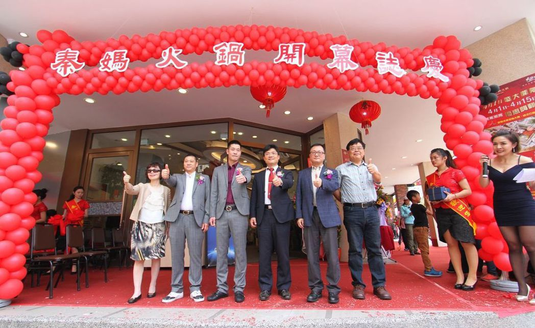 聖約翰科技大學校長艾和昌(右三)、副校長徐祥禎(右一)、主任秘書謝銀沙(左一)、...