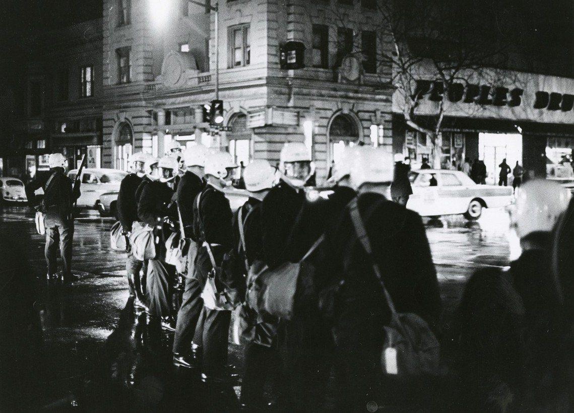 金恩的死,讓美國非裔族群再次陷入暴亂。圖為4月4日當晚,華府街頭待命的鎮暴警察。...