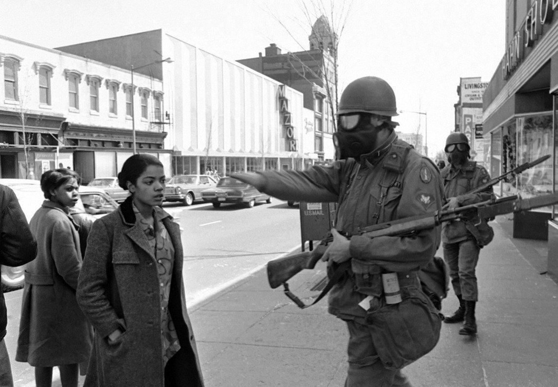 全美各地近百座城市出現暴動,總統詹森公開呼籲民眾:「我請求每個公民拒絕盲目的暴力...