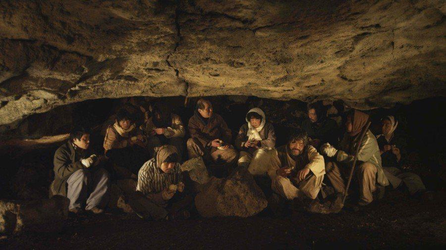 在洞窟中分享著馬鈴薯的村民們。 圖/《芝瑟》電影劇照
