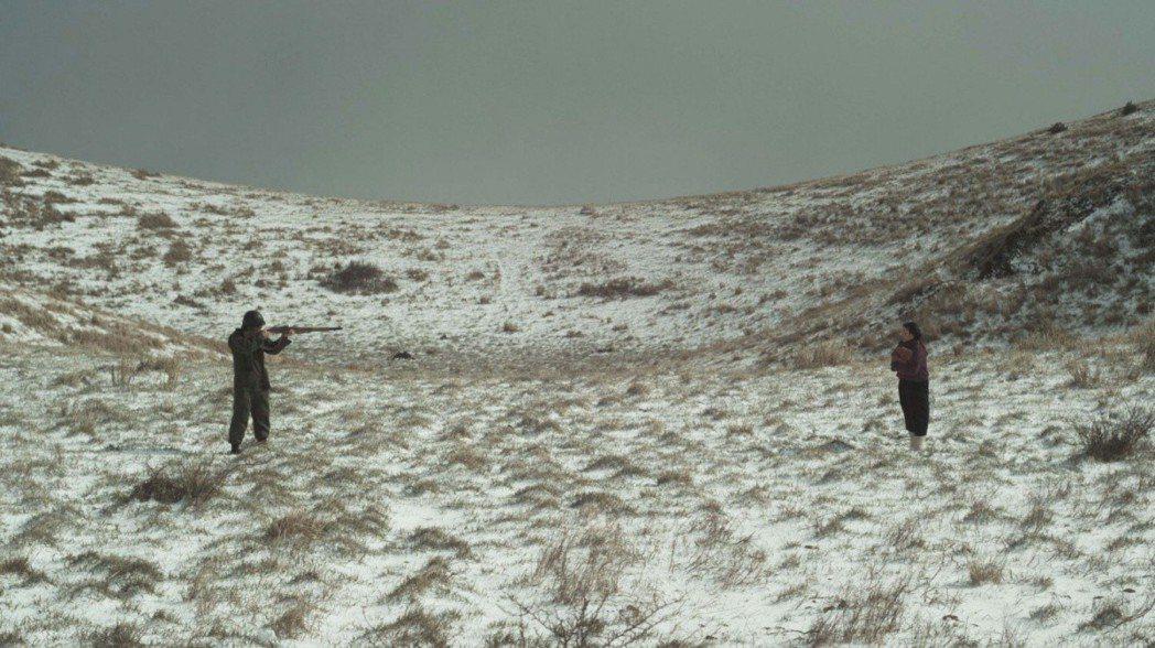 電影中,軍人拿槍對著手無寸鐵的平民女子,顯示這場屠殺充滿了各種荒謬。 圖/《...