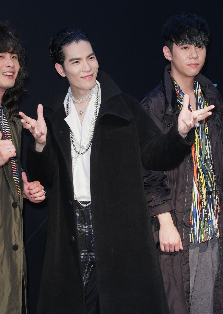 蕭敬騰以三宅一生的服裝搭配MIKIMOTO珍珠項鍊。圖/MIKIMOTO提供