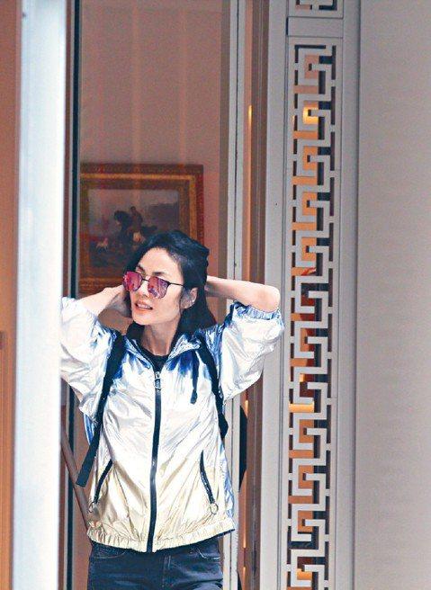 香港媒體近日拍到天后王菲現身香港街頭,帶著三個助理在名牌門市裡悠閒購物。照片中的王菲身穿銀色運動夾克,戴著鏡面墨鏡,背著細帶雙肩背包,整體造型非常潮,而且笑容滿面,顯得容光煥發。網友紛紛評論,「這哪...