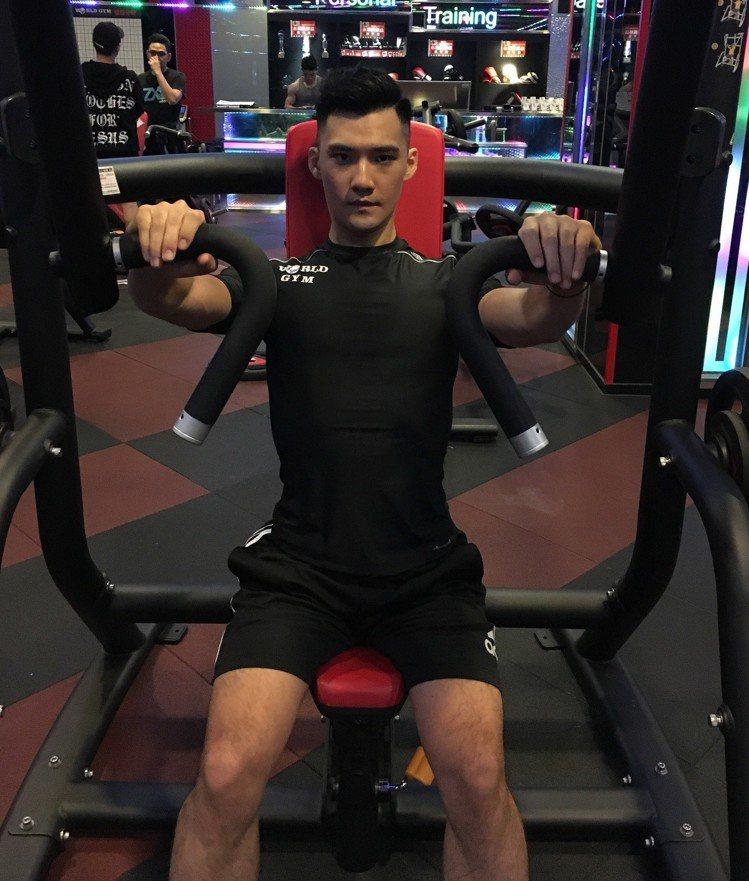 想要練胸肌可使用操作簡屬於入門款的「Chest Press」訓練機,教練Eryc...