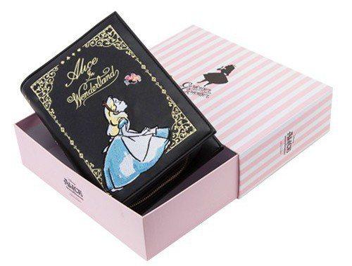Grace gift以「愛麗絲夢遊仙境」為主題推出包款與鞋子,其中做成書本狀的手...