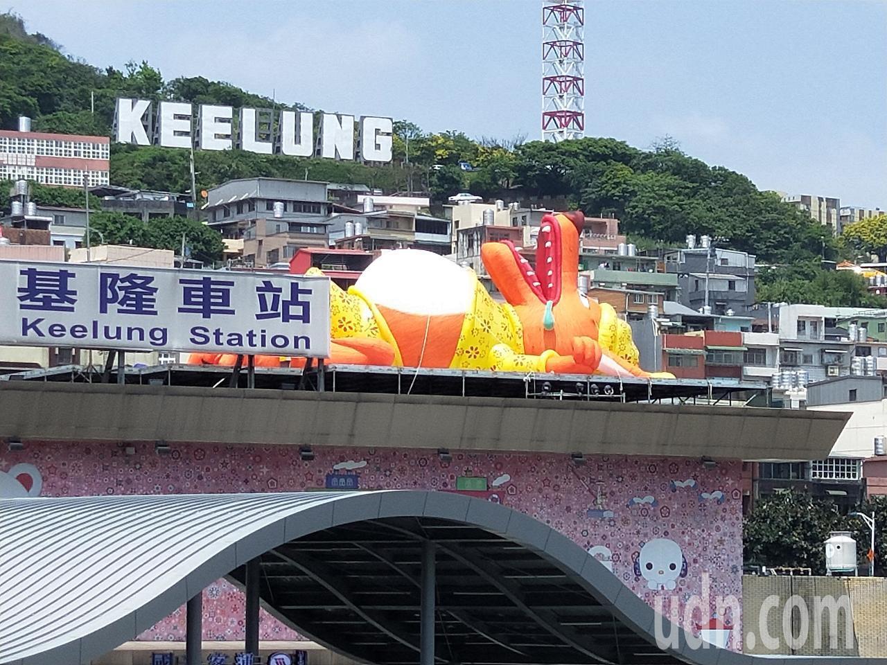 2018基隆童話藝術節今天在海洋廣場熱情登場,基隆港周邊的大型汽球裝置小木偶、燈...