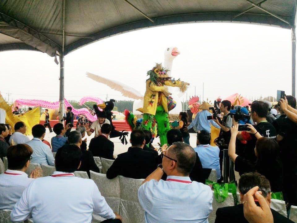 桃園農業博覽會今日盛大開幕,由紙風車劇團和至善高中表演踩街遊行掀起高潮。圖/至善...