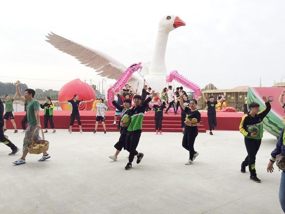 國內知名兒童劇團「紙風車劇團」此次為桃園農業博覽會,打造超大「鵝媽媽花車」,每週...