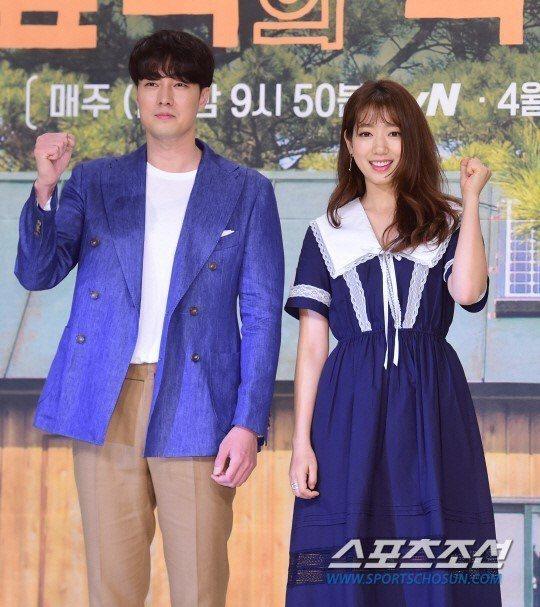 蘇志燮和朴信惠4日出席綜藝節目「森林裡的小屋」記者會。圖/擷自sports朝鮮