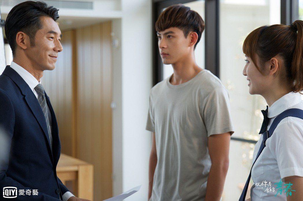 李李仁(左)在「以你為名的青春」中演連晨翔的爸爸。圖/愛奇藝台灣站提供