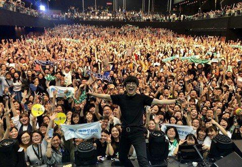 盧廣仲上周末連2天在香港舉辦春季世界巡迴演唱會,共吸引8000位粉絲到場;尾場演唱會後受訪時,他效法五月天和歌迷約定每個春天都見面,表示,來到當地心情都會很好、體重也會好,因為吃得很飽,他也小秀廣東...