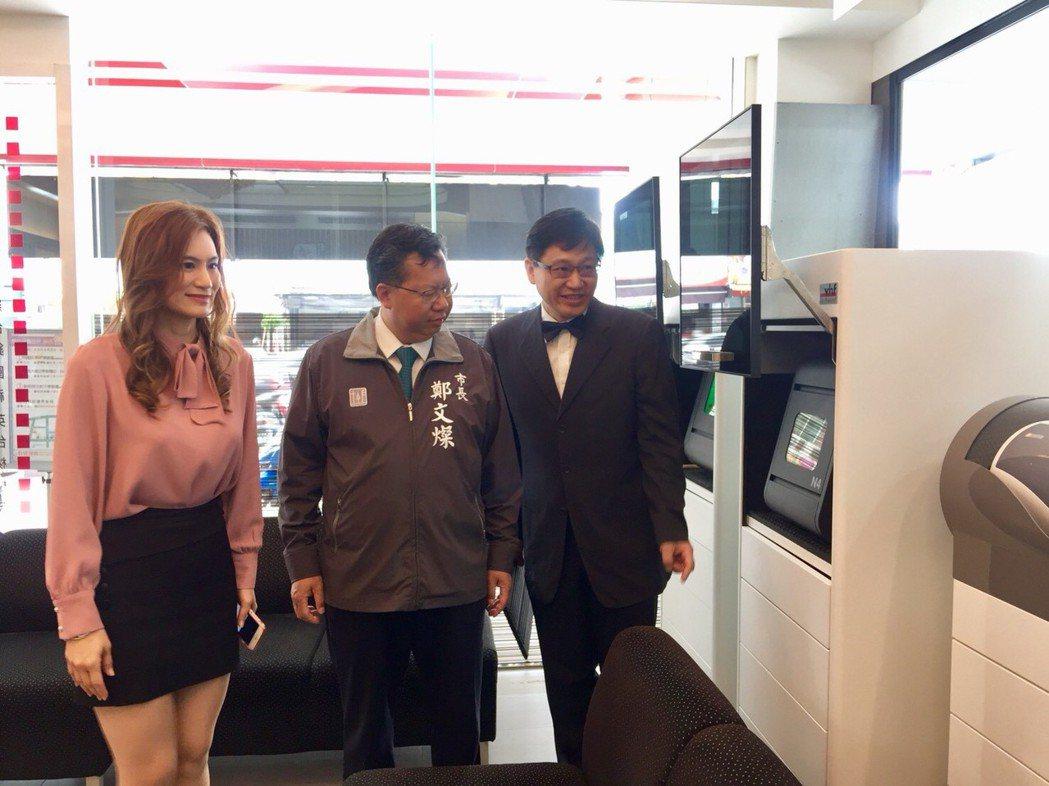 王妃麗(左)陪同鄭文燦了解醫療設施和補助計畫。記者鄭國樑/攝影