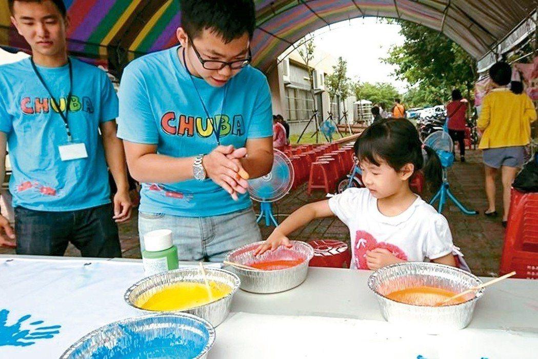 中華大學企管系學生,與朝山社區居民共同完成朝山金多蟹帆布製作。 圖/教育部提供