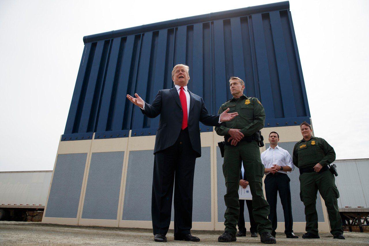 川普(左)因美墨邊界牆預算未過關不惜關閉政府。圖為他今年三月前往聖地牙哥視察美墨...