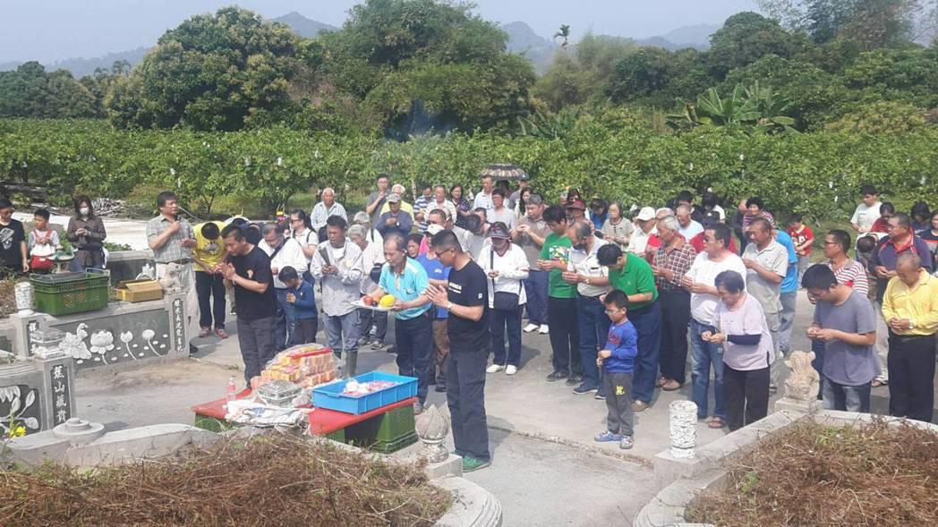 楠西「江家古厝」昨舉辦祭祖典禮,300多位江家子孫齊聚先祖墓地。記者綦守鈺/攝影