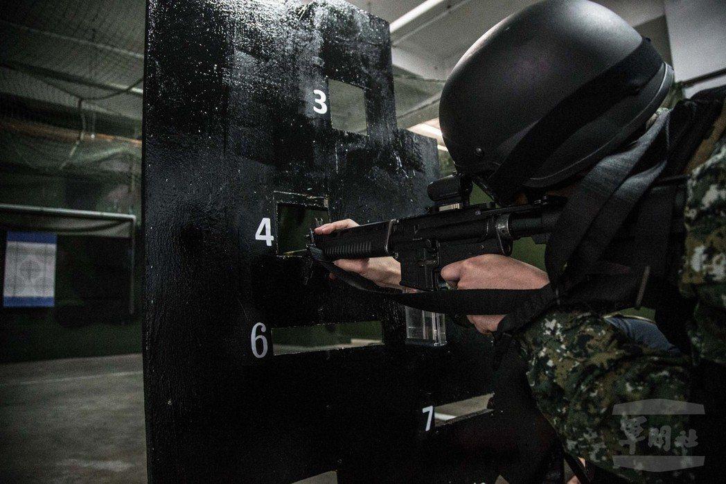 室內狹窄空間,射手必須練習配合地物,以非慣用的左手開槍。 圖/軍聞社