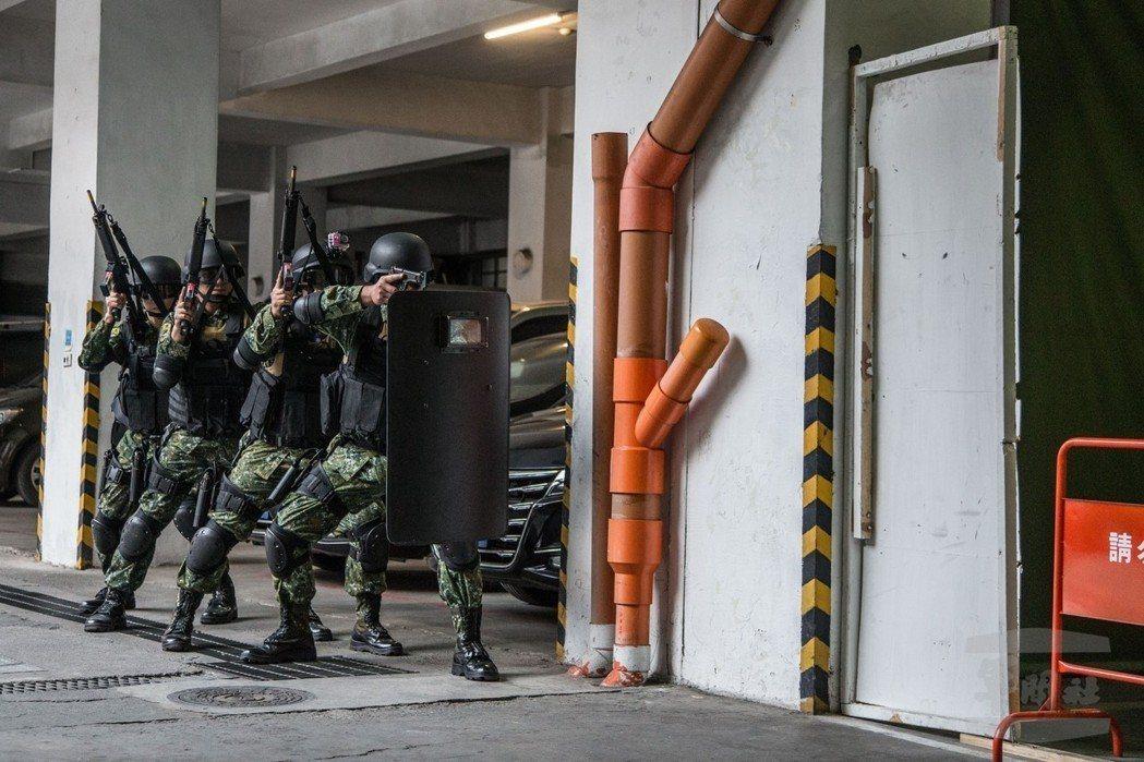 憲兵202指揮部官兵,開始學習以往特勤反恐單位才會用上的CQB近戰技能。 圖/軍...