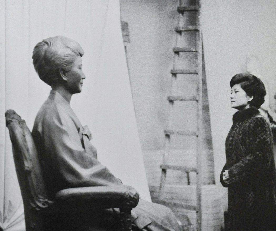 陸英修是朴正熙夫人、朴槿惠的母親,她在1974年被旅日韓僑文世光刺殺身亡,這對當...