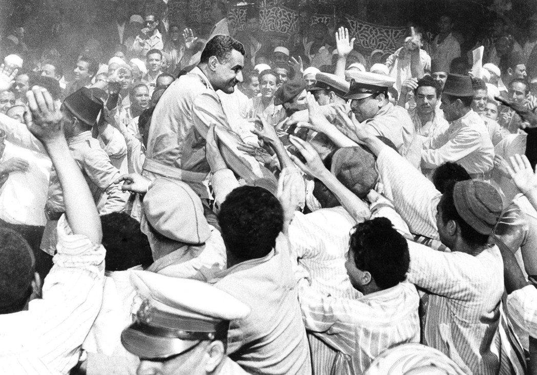 新崛起的埃及強人——賈邁爾.納塞——卻因在蘇伊士運河危機成功抵擋英法聯軍的聲望,...