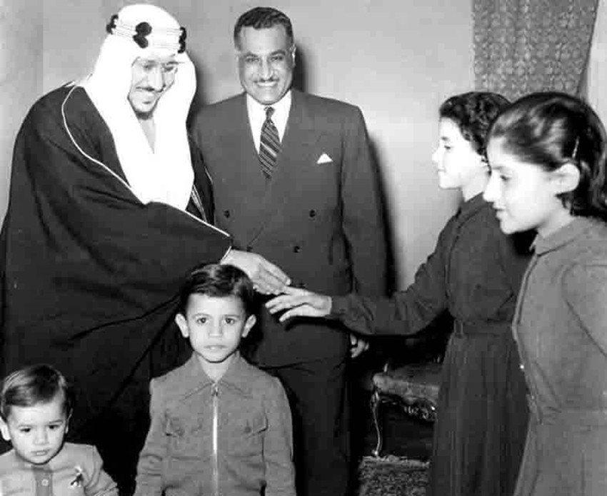1956年回訪埃及的沙烏地國王紹德(左),在納瑟(中)宅邸接受招待,紹德國王甚至...