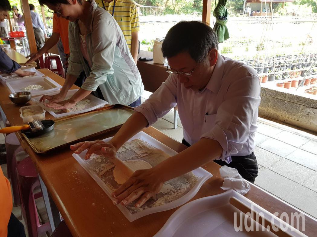 台北市長柯文哲(前排左)今天到內湖區向陽農場拍攝推廣有機農產的宣傳影片,同時體驗...