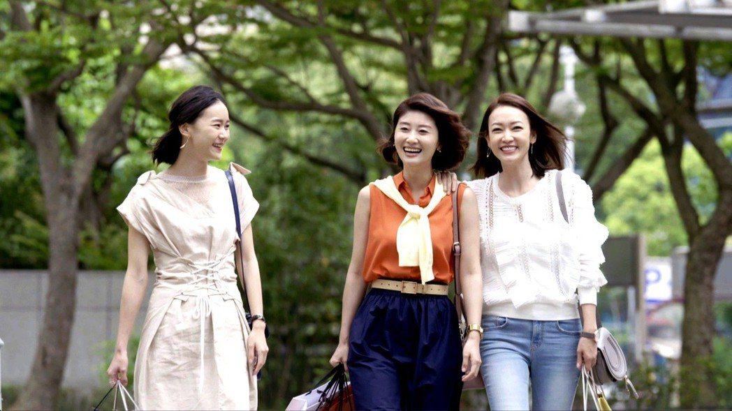鍾瑶(左起)、朱芷瑩、潘慧如因合作「姊的時代」而有好交情。圖/三立提供