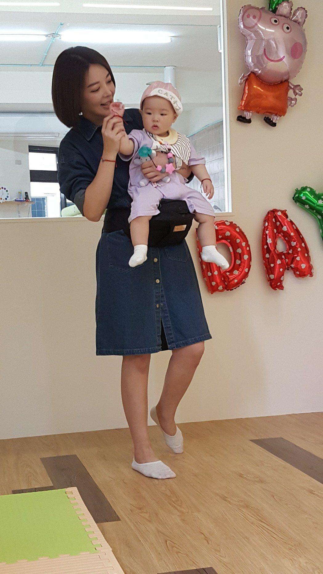趙芸投資的親子游泳館開幕,她帶女兒一同亮相。記者林怡秀/攝影
