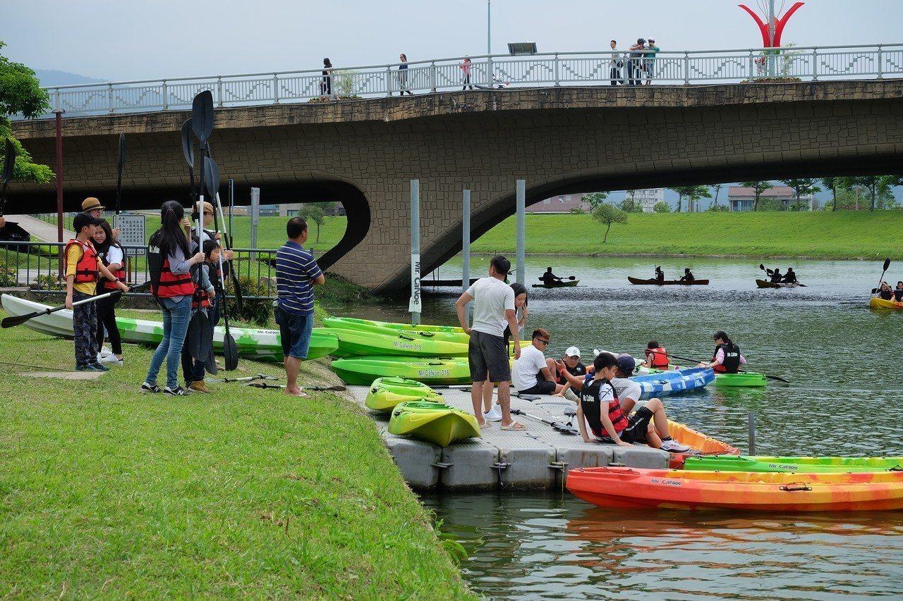 天氣炎熱,水上逛綠博是另一種體驗型式,兩人一組付費體驗獨木舟,現場操槳教學讓無經...