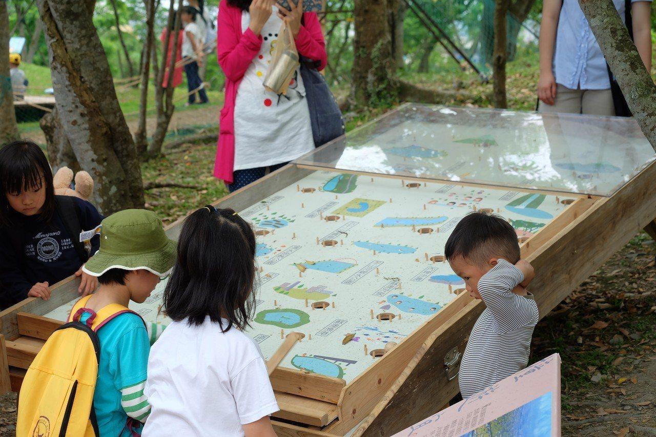 「綠舟樂園」結合玩樂與大地體驗,在綠博園區中宛如「兒童天堂」,孩童能透過巨大彈珠...