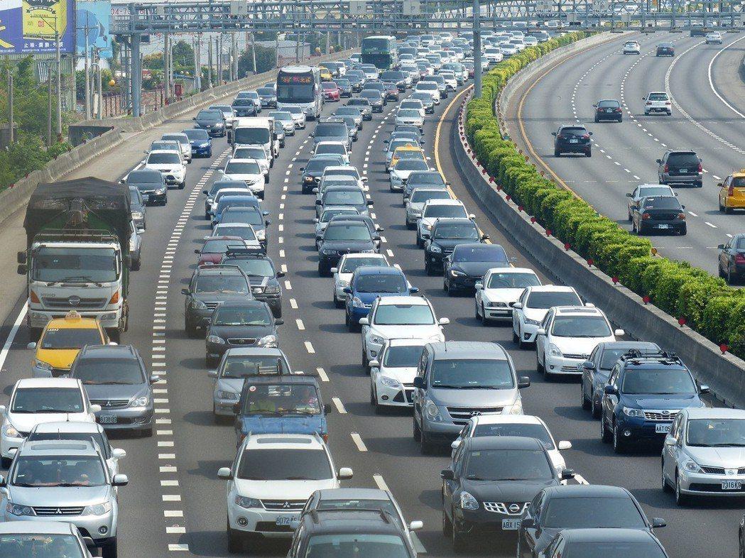 清明連續假期,國道湧進大量車流,甚至造成大塞車,國道中部路段在休假首日就發生30...