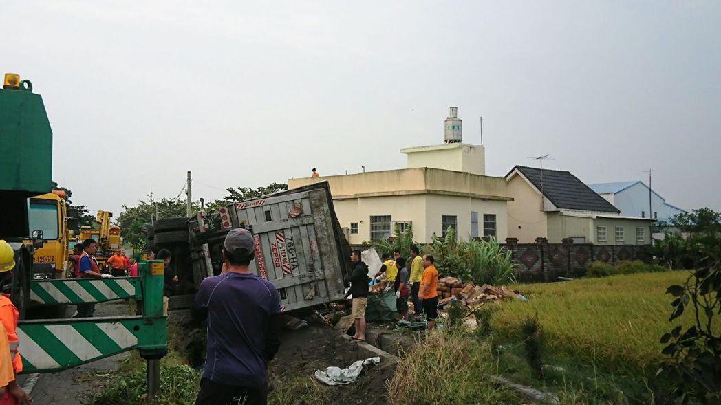 去年11月間,一輛營業大貨車疑因司機疲勞駕駛,衝下中山高花壇戰備道邊坡,車子翻覆...