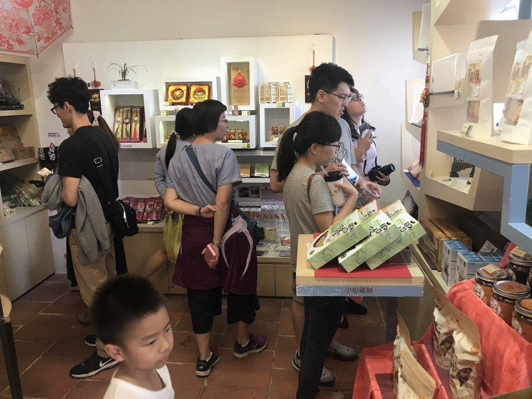 清明連假吸引眾多遊客到台南各古蹟景點參觀,順便採購紀念品。 記者鄭維真/攝影