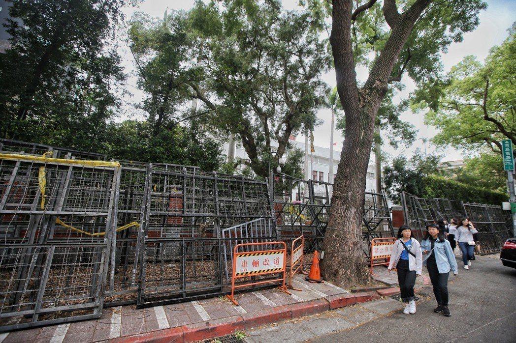 立法院,青島東路架設了層層拒馬占據人行道。 記者楊萬雲/攝影