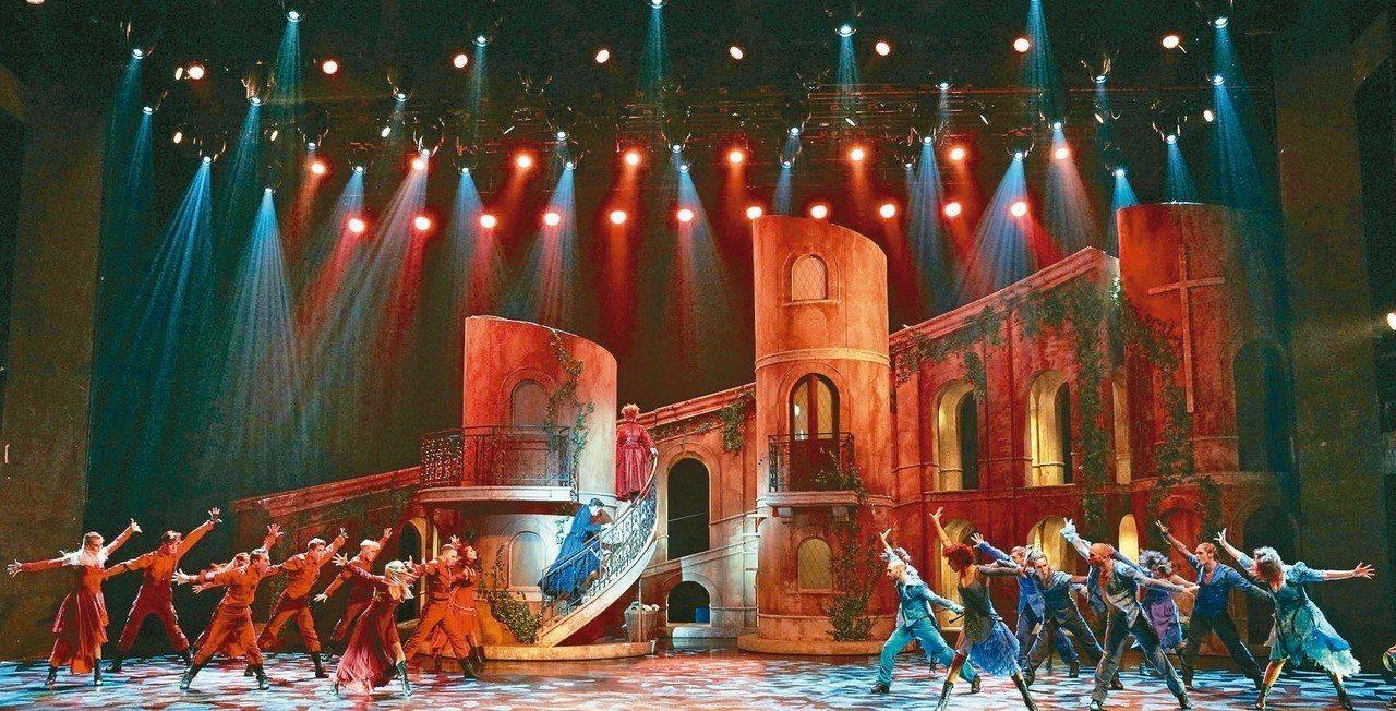 法國音樂劇《羅密歐與茱麗葉》。圖為羅密歐與茱麗葉所屬兩大家族間的衝突場面,以強而...