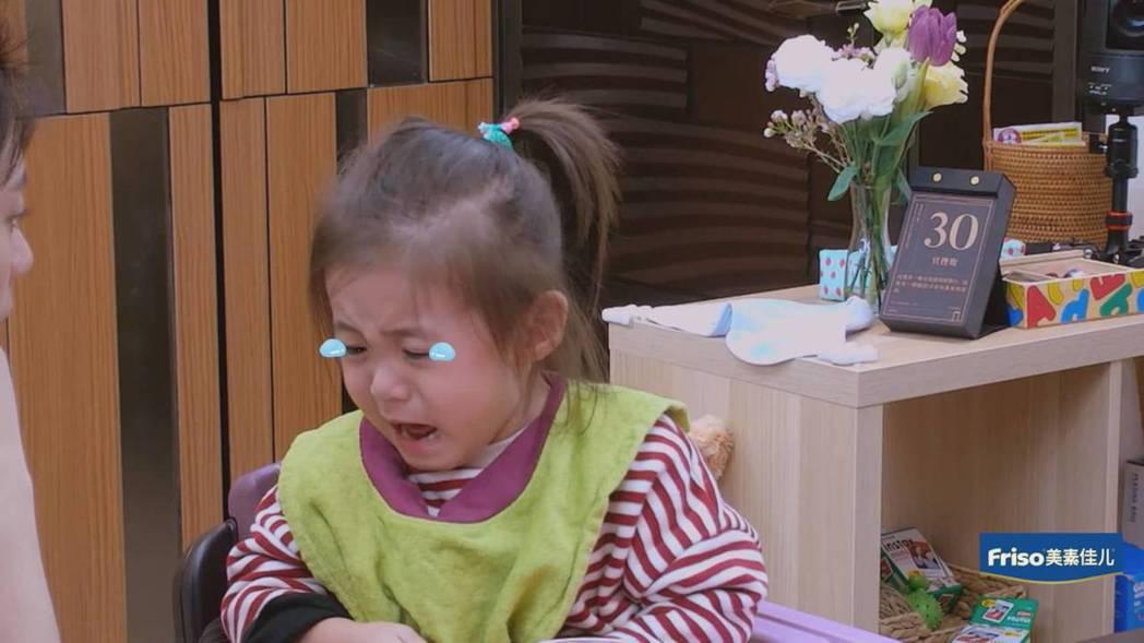 咘咘被媽媽兇樣嚇到大哭。圖/截圖自愛奇藝台灣站