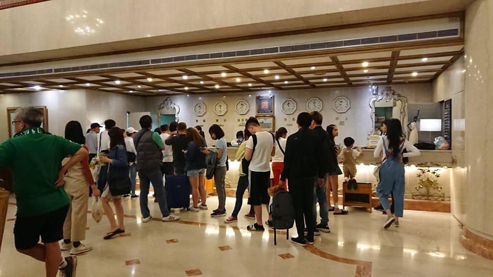 有飯店傳出疑超賣,導致旅客晚上11點多還在櫃台等check in。圖/讀者提供